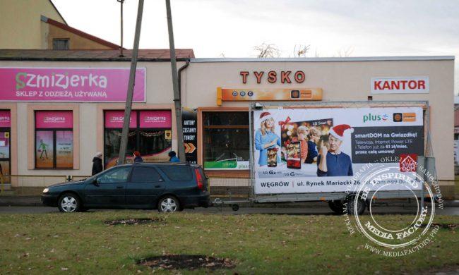przyczepa reklamowa Wegrow baner naglosnienie samochod z kierowca 2